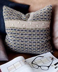 Mønsteret ser meget avanceret ud, men da du aldrig strikker med mere end én… Knitted Cushions, Knitted Blankets, Knitting Designs, Knitting Projects, Diy Cushion, Cushion Ideas, Knit Pillow, Diy Pillows, Knit Crochet