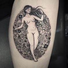 Tatuagem feita por Suflanda de Manchester, Inglaterra.  Mulher nua deitada em uma cama de rosas.