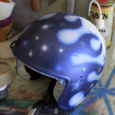 Proteção com fita crepe do resto do capacete. Colocação da mascara das estrelas. Pintura do azul.