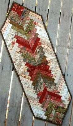 Patchwork Projects Inspiration Table Runners Ideas For 2019 Table Runner And Placemats, Table Runner Pattern, Quilted Table Runners, Plus Forte Table Matelassés, Braid Quilt, Christmas Runner, Christmas Placemats, Christmas Table Runners, Christmas Trees