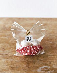 透明袋でかわいく見せる!バレンタインの簡単ラッピング Bake Sale Packaging, Baking Packaging, Cake Packaging, Chocolate Packaging, Diy Crafts For Gifts, Biscuits, Corporate Gifts, Orange, Homemade Gifts