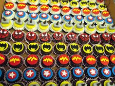 Alice Fashionando: Ideias incríveis para decorar sua festa do tema Vingadores Avenger Cupcakes, Mini Cupcakes, Fiber Art, Graham, Desserts, Food, Preston, Superman, Alice