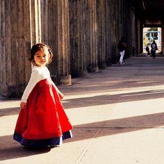 June 28th 2016: . Today's fashion statement.  I love Korean costume. . 오늘의 패션 선언. 난 한복이 좋다.  몇 벌 더 가져올 걸 그랬다. . #fashion #fashionstatement #korean #koreancostume #child #girl #red  #childphotography #berlin #travel #여행 #육아 #한복 #패션 #베를린 #빨강 #아이 #노마드베이비미루 . .