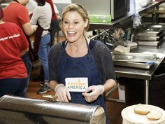'Modern Family' actress Julie Bowen volunteers at The Downtown Women's Center as part of Feeding America's 'Hope for the Holidays' at the Downtown Women's Center in Los Angeles on Dec. 20, 2015.   Rich Polk, Getty Images for Feeding America