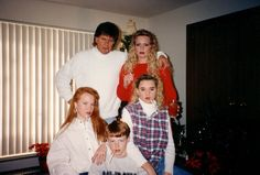 It's time to gather up your loved ones to capture the yearly Christmas family photo for you to share with all of your family and friends. Here are some of the most awkward family Christmas photos that are hilarious. Awkward Family Photos Christmas, Weird Family Photos, Awkward Photos, Family Christmas, Funny Photos, Xmas, Family Pics, Retro Christmas, Funny Christmas