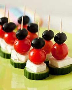 10 Easy Summer Snacks Ideas - Yum, easy healthy snack- cucumber, mozerella, tomatoe, olive Source by sandraruempel - gesund einfach Salat Snacks Für Party, Appetizers For Party, Appetizer Recipes, Toothpick Appetizers, Shower Appetizers, Simple Appetizers, Simple Snacks, No Cook Appetizers, Seafood Appetizers