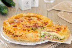 La crostata di sfoglia alle zucchine è una ricetta deliziosa, si prepara in 5 minuti senza cuocere prima nulla, assemblate tutto e via in forno!