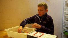 André (13) har autisme og lite talespråk. Han ble aggressiv av å gå på en vanlig skole, men han har hatt stor fremgang på spesialskolen,  Pappaen hans er med å kjempe for å beholde spesialskolene i Bergen (mammaen hans også).