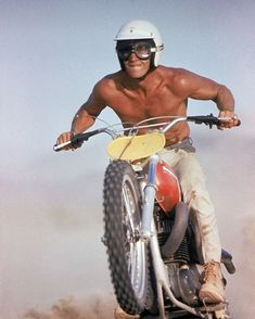 He may be best known for his iconic Hollywood roles, but Steve Mcqueen was also an extremely accomplished motorcycle racer and enthusiast. We reckon this image captures the king of cool in his happy place! Motorcycle Racers, Motorcycle Touring, Girl Motorcycle, Motorcycle Quotes, Steve Mcqueen Style, Steven Mcqueen, Gangster Films, Nitro Circus, Dirt Bike Girl