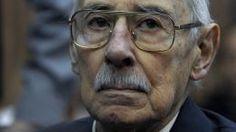 L'ancien dictateur argentin Jorge Videla, 86 ans, écoute le verdict de son procès, le 5 juillet 2012 à Buenos Aires.   JUAN MABROMATA / AFP