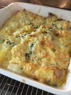 Visschotel met aardappels, ui en tomaat. Makkelijk te maken en allerlei vissoorten zijn geschikt. Couscous, No Cook Meals, Lunch Recipes, Cheeseburger Chowder, Macaroni And Cheese, Seafood, Food And Drink, Fish, Healthy