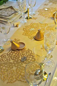 Deco de Table Orientale Chic livrée prête à poser, même les serviettes sont montées En vente sur http://www.matableparfaite.com/fr/deco-de-table/deco-de-table-mariage/oriental-chic-15/or-18/