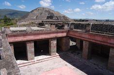 Patio de los Pilares del Palacio de Quezapapálotl, a un costado de la pirámide de la luna