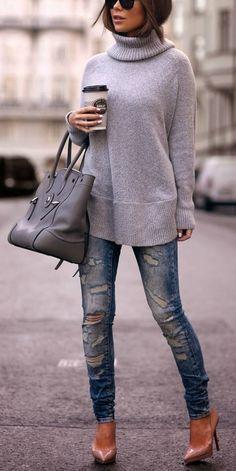 C'est beau et confortable. Ce pull est gris, chic et bon pour l'auttomme. Ce jean est vieux, mais à la mode. Un sac gris est parfait avec le costume. Je pense que c'est très chic