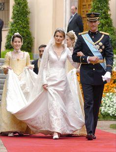 38 Iconic Royal Wedding Dresses Throughout History Royal Wedding Gowns, Royal Weddings, Wedding Dresses, Dolly Fashion, Royal Fashion, Greek Wedding, Wedding Bride, Royal Marriage, Princess Letizia