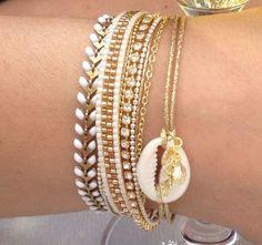Tendance Joaillerie 2017 Bracelet perles miyuki blanc et doré chaînes pompon et coquillage cauri : Bracelet par lulucabane