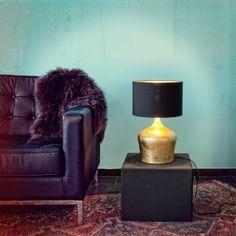 Χαρίστε vinatge στυλ στο γραφείο σας με το επιτραπέζιο φωτιστικό Manalba από την Eglo. Με το καμπυλωτό σχήμα του και το σκούρο καπέλο του θα ξεχωρίσει και με ένα πάτημα του In-Line διακόπτη του θα φωτίσει μοναδικά το χώρο σας. Θα αναδείξει τη διακόσμηση σας, και θα προσδώσει έντονο χαρακτήρα σε όποιο σημείο το τοποθετήσετε. Απαιτείται λαμπτήρας 1XE27 των 60W. Ο λαμπτήρας δεν περιλαμβάνεται.