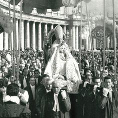 Pope John XXIII in St Peter's Square.