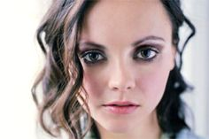 Round Eyes- What Are, Eye Makeup, Eyeliner, Eyeshadow and Mascara for Large or Small Round Eyes - Christina Ricci Christina Ricci, Eye Makeup Tips, Hair Makeup, Makeup Geek, Makeup Contouring, Makeup Tricks, Makeup Ideas, Divas, Hair And Beauty