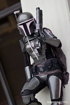 I like the style of armor. Slick lines that are a cool interpretation of the classic Mandalorian . Boba Fett Mandalorian, Mandalorian Costume, Star Wars Pictures, Star Wars Images, Mandolorian Armor, Star Wars Rpg, Star Trek, Star Wars Girls, Female Armor