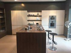 Kijk dit is een super mooie keuken! Maar totaal niet praktisch ingedeeld.... Het kook- en spoeldeel staat aan de linkerzijde, terwijl de ovens en koelkast rechts staan. Een veelvoorkomende fout die gemaakt wordt. Wij houden van een mooi design, maar het moet praktisch blijven!