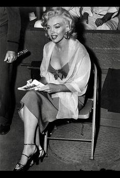 Marilyn Monroe at the Hollywood Stars vs All Stars Charity Game, at Gilmore Stadium Los Angeles, Ca March 1952 Hollywood Stars, Classic Hollywood, Brigitte Bardot, Cinema Tv, Base Ball, Fritz Lang, Greta, Joe Dimaggio, Marilyn Monroe Photos