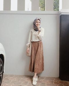 Inspired by the Color of Iced Coffee Milk, These 9 Hijab Outfits That Can Be Used to Be … Hijab Casual, Ootd Hijab, Stylish Hijab, Modest Fashion Hijab, Modern Hijab Fashion, Street Hijab Fashion, Muslim Fashion, Look Fashion, Skirt Fashion