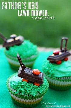Lawn Mower Cupcakes: Making these lawn mower-inspired treats won't be a chore. Click through to find some more easy Father's Day cupcake and cake decorating ideas. Fathers Day Cupcakes, Fathers Day Cake, Fathers Day Crafts, Cupcake Recipes, Cupcake Cakes, Dessert Recipes, Desserts, Diy Spring, Hershey Candy Bars