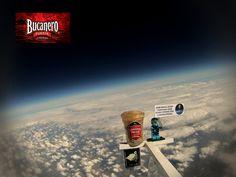 CERVEZA BUCANERO TE INFORMA ¿Es cierto que una pinta de cerveza fue lanzada al espacio? Recientemente se envió una pinta cerveza al espacio usando un globo que se puso en marcha desde pub local. El científico Chris Smith puede presumir con pruebas fotográficas de su cerveza en el espacio, poniendo fin a meses de espera después de ser la primer persona en enviar una pinta de London Pride a un vertiginoso paseo espacial. La cerveza en el espacio se solidifica a esas alturas…