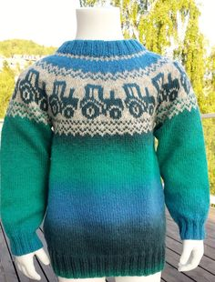 Oppskrift traktorgenser i kauni pdf-fil ti Knitting Patterns Boys, Knitting Designs, Baby Knitting, Knit Slippers Free Pattern, Knitted Slippers, Pinterest Baby, Pippa Dress, Knitted Baby Cardigan, Cross Stitch For Kids