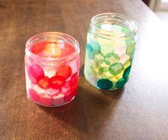 Je suis assez fan de cette idée ! Idée trouvée ici Il s'agit de pots en verre transformés en photophores grâce à des gros confettis en papier de soie. La technique : mettez du vernis colle au pince...