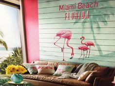 AR DE PRAIA | A coleção de papel de parede, assinada pela estilista Barbara Becker, traz o Flamingo como inspiração para um projeto praiano. Não é um charme? #papeldeparede #revestimentos #bucalo #decoracao #SpenglerDecor