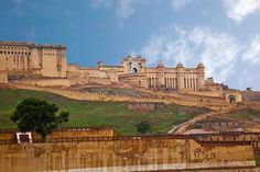 The haveli's location in #Rajasthan province puts you within minutes of some of the most magnificent sights in the country, including Amber Fort, Hawa Mahal and the gorgeous City Palace.