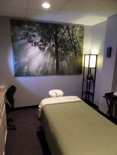 Stop your busy Body & Mind with our deeply Relaxing Spa experience & Massage Massage Room Decor, Massage Therapy Rooms, Spa Room Decor, Massage Table, Spa Massage, Massage Room Colors, Meditation Rooms, Relaxation Room, Relaxing Room