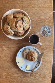 De bedste og nemmeste koldhævede boller - Cathrine Brandt French Toast, Muffin, Good Food, Bread, Breakfast, Desserts, Drink, Kuchen, Morning Coffee