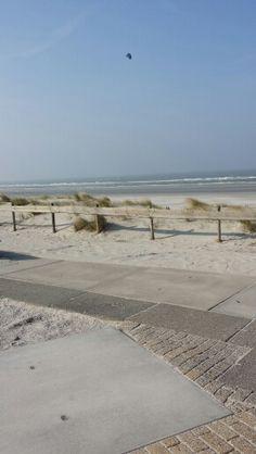 Strandopgang bij Nes op een mooie vrijdagmiddag in maart.