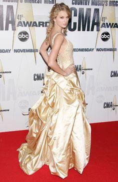 CMA Horizon Winner Taylor Swift Arrives at CMA Awards