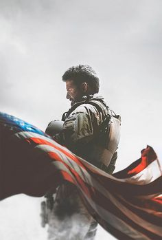 Um filme de Clint Eastwood com Bradley Cooper, Sienna Miller, Luke Grimes, Jake McDorman. Adaptado do livro American Sniper: The Autobiography of the Most Lethal Sniper in U. Militar History, o filme conta a história real de Chris Kyle (B. Chris Kyle, Clint Eastwood, Eastwood Movies, Bradley Cooper, 2015 Movies, Hd Movies, Movies Online, Watch Movies, Action Movies