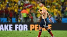 James Rodríguez, de Colombia, llora desconsolado tras la derrota de su seleccionado  2-1 por Brasil durante la Copa Mundial, en cuartos de final, en el estadio de Castelão, en Fortaleza, el 4 de julio de 2014. Foto por Jamie McDonald / Getty Images.