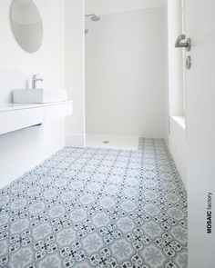 Just a beautiful cement tiles floor is enough to decorate the space, in this case, this spacious and luminous bathroom, get inspired with our pattern tiles! #mosaicdelsur #cementttiles #encaustic #tiles #zementfliesen #fliesen #tilesensations #bathroomideas #bathroomdesign #bathroomremodel #showerdesign #scandinaviandesign #interiordesign #cementine