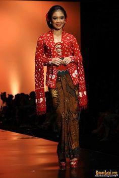 Pictures of Foto Koleksi Anne Avantie Indonesia Sehati Ifw 2012 Di Plenary Kebaya Dress, Batik Kebaya, Batik Dress, Kimono, Kebaya Jawa, Look Fashion, Womens Fashion, Fashion Trends, Modern Kebaya