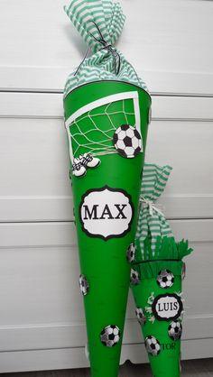 Selbst gebastelte Schultüte mit Fußball Motiven.