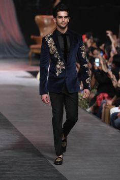 Manish Malhotra at Lakmé Fashion Week Winter/Festive 2015 Indian Men Fashion, Mens Fashion Suits, Fashion Outfits, Wedding Dresses Men Indian, Wedding Dress Men, Indian Groom Wear, Indian Wear, Lakme Fashion Week, Fashion Week 2018