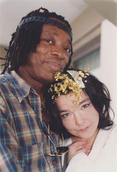 Milton Nascimento e a islandesa Björk no camarim da cantora, na Marina da Glória, Rio de Janeiro, em 2007.  <3