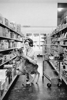 Die rehäugige Schauspielerin hielt sich tatsächlich ein Reh als Haustier. Sie nannte es Ip und ging mit ihm in Beverly Hills sogar im Supermarkt einkaufen.