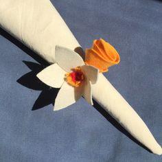 Kit com 8 anéis para guardanapo feitos de flores em feltro e argola de madeira. Cada anel vem com 2 flores de cores e estilos diferentes. As flores são individualmente feitas à mão. Preço do kit: $70.    100% handmade! :)