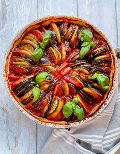 Avokadoa ja sitruunaa Herkullinen Tomaattinen kasvisvuoka Herkullinen tomaattinen kasvisvuoka sisältää munakoisoa, kesäkurpitsaa, perunaa, sipulia ja tomaattia. Kasvisvuoka on vegaaninen, vähähiilarinen ja gluteiiniton. On vielä herkullistakin, vaikka mitään ihmeellisiä ainesosia ei tähän ruokaan laitetakkaan, :) Kasvisvuoka on ihana ruoka sellaisenaan, mutta se sopii myös lisukkeeksi esim. paistetulle kalalle tai lihalle. Kokeile myös kreikkalaisittain: Asettele lautaselle kasvisvuuan… Ratatouille, Feta, Ethnic Recipes