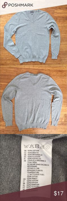 H&M Men's v-neck sweater Excellent condition. No stains, tears or flaws. Ships within 24 hours of purchase. Expect the receive item with 2-4 days. Use bundle button to get 20% off bundles of 3 or more from my closet! H&M Sweaters V-Neck