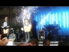 Anitta e vaiada e agredida em show em Cabo Frio - YouTube