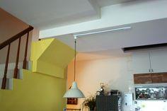 我們家常常有朋友來當人多時餐桌就必須拉出來不靠牆這個時候 餐吊燈就不會在桌子的正中央老公考慮到這點幫餐吊燈做了軌道餐吊燈要在哪就在哪好棒!!! by Gloria Wang - DECOmyplace Projects